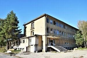 Hnedouhoľné baníctvo zažilo v Novohrade vzostup, ale aj doslovný pád. Administratívna budova Bane Dolina pred jej demolíciou.