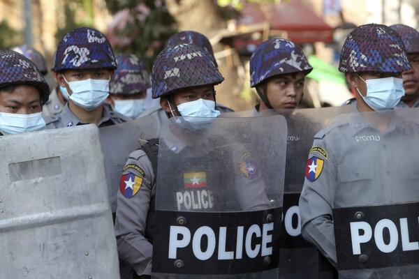 Polícia v mjanmarskom meste Mandalaj.