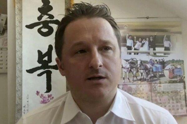 Na archívnej snímke z 2. marca 2017  Michael Spavor hovorí v čínskom meste Jen-ťi.