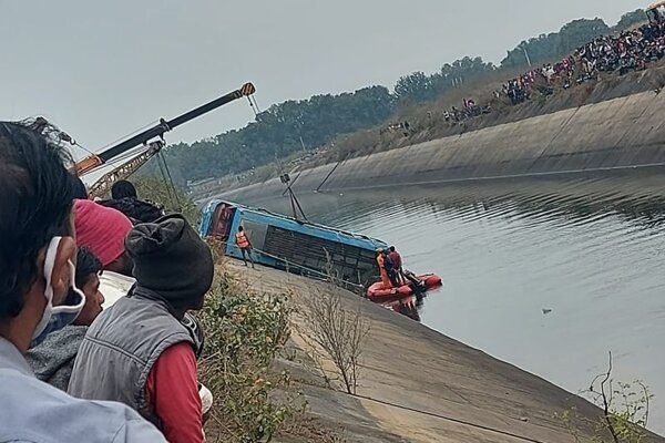 Autobus sa zrútil do plavebného kanála.