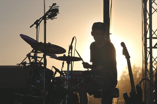 Martin Kukučka dokazuje, že bubeník nemusí byť len jedným z kapely, ale na pódiu môže figurovať ako líder.