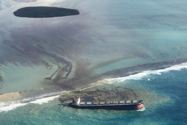 Únik ropných látok z lode MV Wakashio plaviacej sa pod panamskou vlajkou v piatok 7. augusta 2020 pri pobreží ostrova Maurícius.