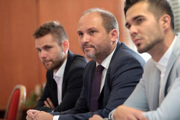 Vľavo bývalý vedúci kancelárie primátora Jakub Bubeník, v strede Jaroslav Polaček.