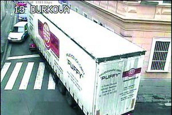 Kamión prešiel vo štvrtok z Farskej ulice na Ďurkovu. Niekoľko oprotiidúcich áut muselo cúvať.