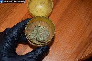 Polícia v súvislosti s drogovou trestnou činnosťou vykonala niekoľko zásahov.