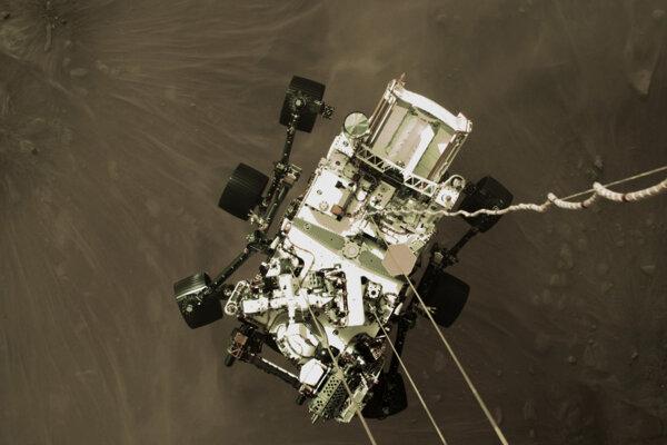 Rover Perseverance pristáva na Marse.