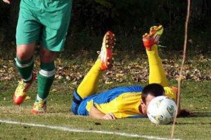 Takto to dopadne, keď sa futbalista snaží silou-mocou hrať hlavou...