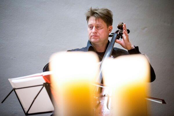 Riaditeľ festivalu Konvergencie Jozef Lupták počas koncertu pre Jána a Martinu po ich vražde 20. marca 2018.