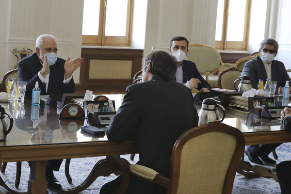 Iránsky minister zahraničných vecí Mohammad Džavád Zaríf (vľavo) hovorí so šéfom Medzinárodnej organizácie pre atómovú energiu Rafaelom Grossim.