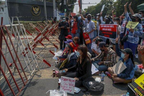 Demonštranti v Mjanmarsku.