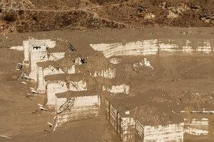 Na snímke zničená výstavba vodnej elektrárne v dedine Reni po tom, čo sa časť himalájskeho ľadovca zrútila do rieky a spôsobila obrovský príval vody.