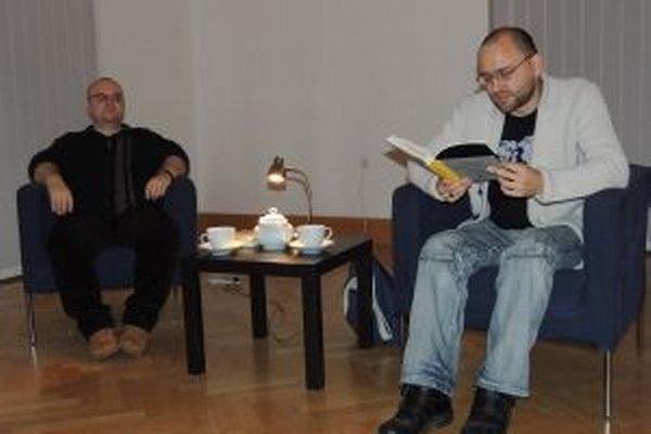 Zľava moderátor Dado Nagy a Peter Krištúfek, ktorý číta zo svojej knihy Atlas zabúdania.