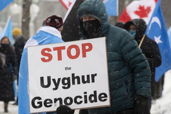 Demonštrácia na podporu Ujgurov pred parlamentom v Ottawe.