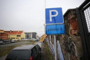 Na Baštovej ulici sa na rezidentských miestach môže parkovať za 20 centov na hodinu. Poslanci chybu opravili.