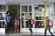 Žiaci prichádzajú do Spojenej školy sv. Vincenta de Paul na Bachovej ulici v bratislavskom Ružinove.