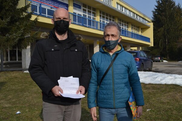 Ján Benko (vľavo) a René Polačok s listom z Ministerstva dopravy SR.