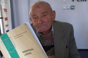 Ervín Holdoš s patentovou listinou na elektromechanické zavlažovacie zariadenie.