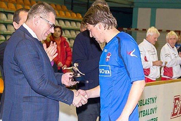 Prezident SFZ Ján Kováčik blahoželá Ľubomírovi Bernáthovi k trofeji pre najlepšieho strelca turnaja o Pohár primátora Nitry.