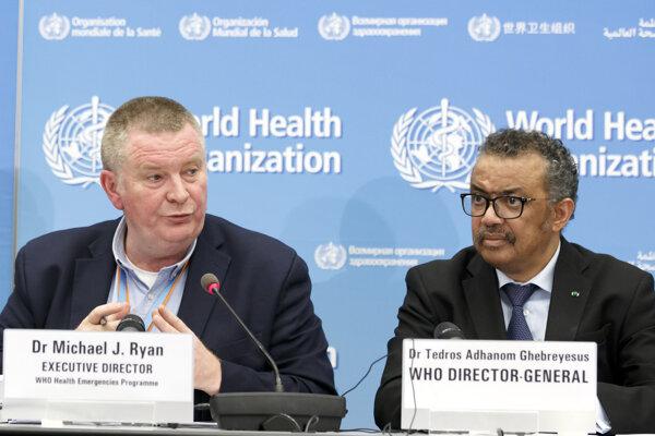 Riaditeľ programu Svetovej zdravotníckej organizácie (WHO) pre núdzové situácie Michael Ryan (vľavo) a šéf WHO Tedros Adhanom Ghebreyesus.