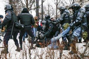Zatýkanie na protestoch na podporu opozície a Navaľného.