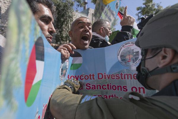 Protest Palestínčanov na okupovaných územiach.