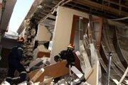 Hasič prehľadáva zničený dom po zemetrasení v gréckej dedine Damasi vo štvrtok 4. marca 2021. Zemetrasenie s magnitúdou 6,3 v stredu zasiahlo stredné Grécko.