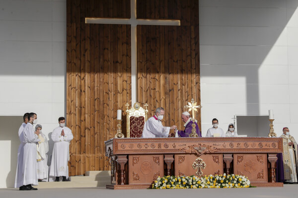 Pápež František ukončil návštevu omšou pod holým nebom