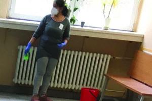Jedna z nových upratovačiek Bubbu na fotografii z pondelka 8. marca. Zamestnanci kritizovali, že upratovali bez osobných ochranných prostriedkov – oblečenia a respirátorov. Nepozdáva sa im ani kvalita práce.