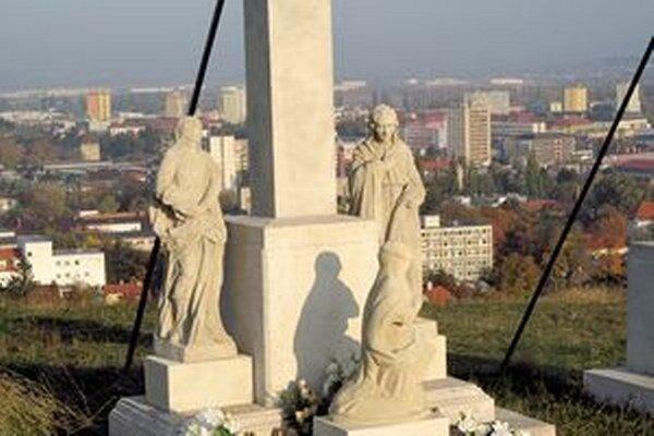 Ako poslednú inštalovali pod kríž sochu kľačiacej Márie Magdalény.