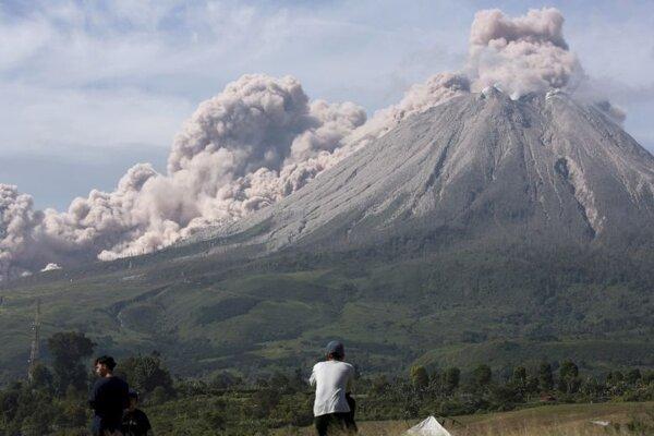 Erupcia sopky Sinabung.