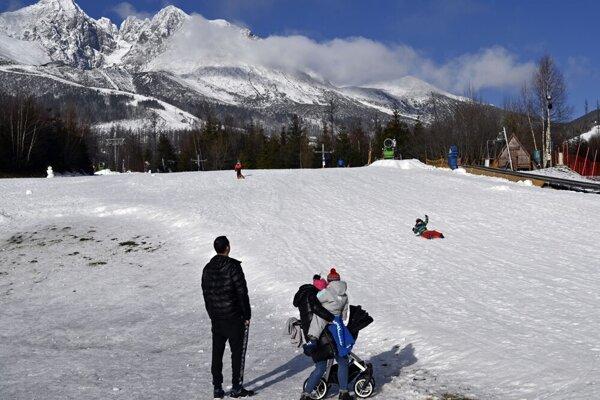 Uzavreté lyžiarske stredisko v Tatranskej Lomnici.
