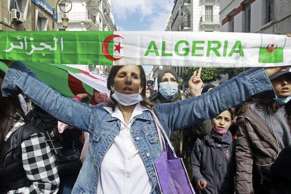 Demonštrantka v Alžírsku.