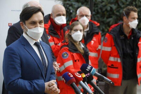 Štátny tajomník Ministerstva zdravotníctva SR Peter Stachura počas oficiálneho privítania lekárov z Dánska a Belgicka na Ministerstve zdravotníctva SR, ktorí prišli pomáhať na Slovensko.