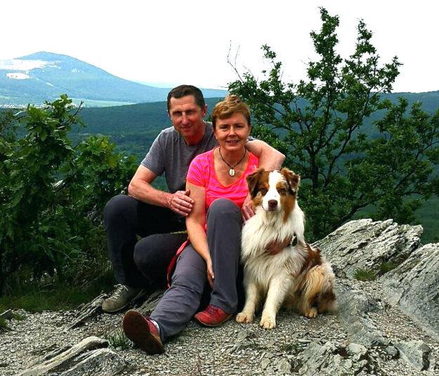 Antonín Stavjaňa s manželkou Simonou a psom Collinom na potulkách po kopcoch neďaleko Nitry.