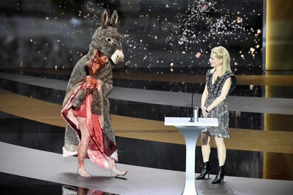 Herečka Corinne Masierová vystupuje na pódium v kostýme inšpirovanom rozprávkou Oslia koža, ktorý si neskôr vyzliekla.