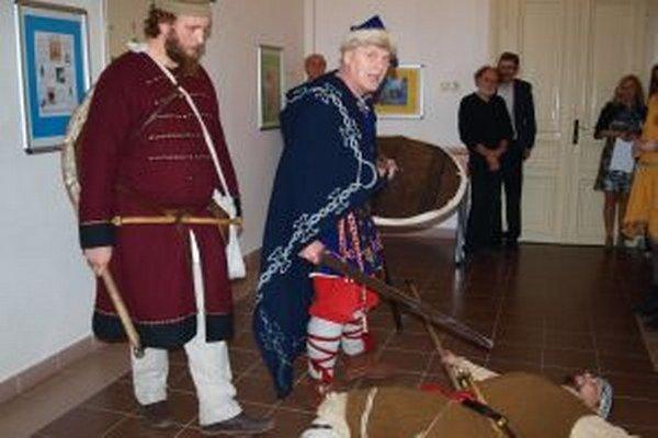 Vernisáž výstavy otvorila scénka dobovej družiny Satyros.