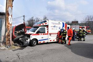 Zraneného vyslobodili hasiči, potom bol prevezený do nemocnice.