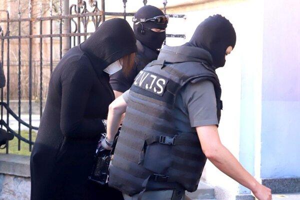 Eskorta priviezla Alenu Zsuzsovú. do budovy Špecializovaného trestného súdu v Banskej Bystrici, ktorý rozhoduje o predĺžení väzby Alene Zsuzsovej v prípade prípravy vrážd súčasného generálneho prokurátora Maroša Žilinku, súčasného špeciálneho prokurátora Daniela Lipšica a prokurátora Generálnej prokuratúry Petra Šufliarskeho.