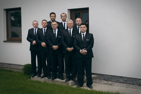 Marek Kolarčík so svojím personálom majú denne 3 až 6 pohrebov.