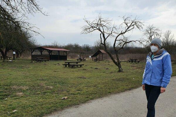 Romana Šerfelová v oddychovej časti areálu útulku.