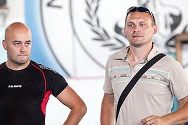 Viliam Somolányi pribudol do realizačného tímu Rytierov, trénerské kompetencie si rozdelí s Richardom Mrázom. Vľavo manažér Stanislav Petrík.