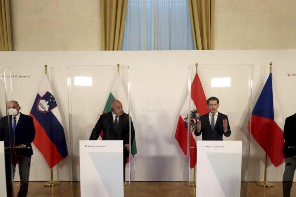 Rakúsky kancelár Sebastian Kurz (druhý sprava) spoločne s premiérmi Česka Andrejom Babišom (vpravo), Slovinska Janežom Janšom (vľavo) a Bulharska Bojkom Borisovom..