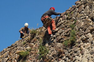 Údržba hradného múru.