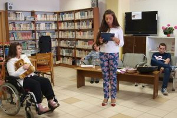 V knižnici sa konajú aj krsty kníh. Na snímke krst básnickej zbierky Martinky Trungelovej.