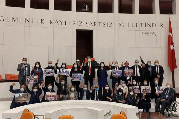 Poslanci Ľudovodemokratickej strany protestujú proti vylúčeniu svojho poslanca Omera Faruka Gergerlioglua z parlamentu.