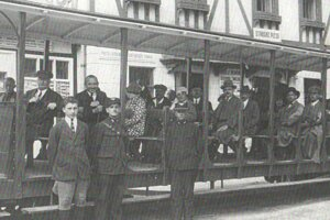 Otvorený letný vozeň tatranskej železnice na Štrbskom Plese, približne v rokoch 1922-1930.