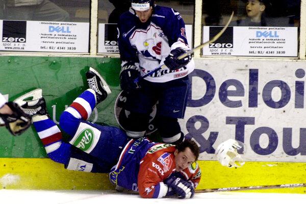 Momentka zo sezóny 2002/2003, Slovanista Javín v súboji s Braňom Jánošom z HKM Zvolen.