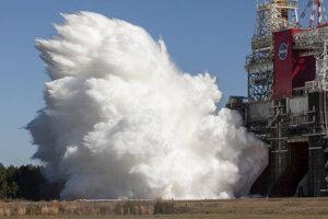 Hlavný stupeň rakety SLS počas testu motorov v marci 2021.