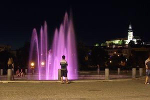 Nová atrakcia je v centre mesta už druhý týždeň. Stačilo do starej fontány inštalovať svietidlá, ktoré menia farby.