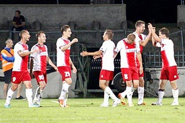 Zlatomoravčania sa v Nitre tešili z troch gólov. Martin Pribula je druhý zľava.